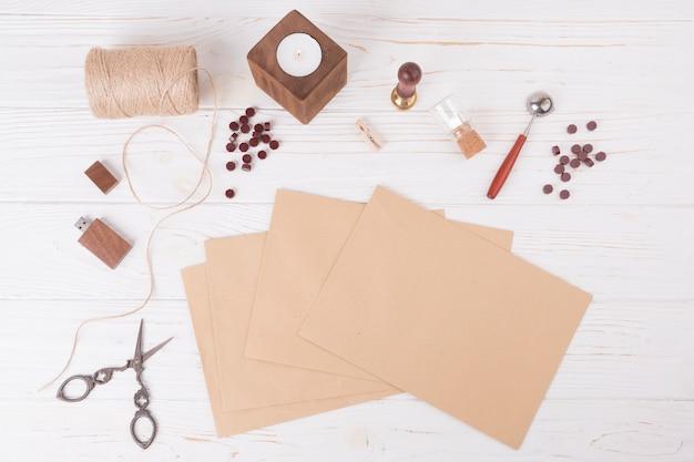 Zestaw papierów w pobliżu nożyczek, zakrętów, świec i dysku flash usb