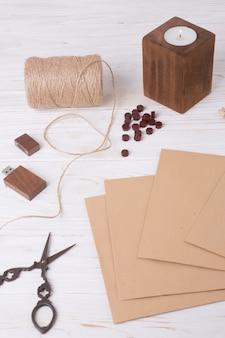 Zestaw papierów w pobliżu nożyczek, zwrotów akcji, świecę i dysk flash usb