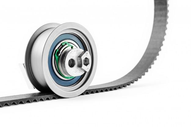 Zestaw paska rozrządu z rolkami na białym odosobnionym. części samochodowe