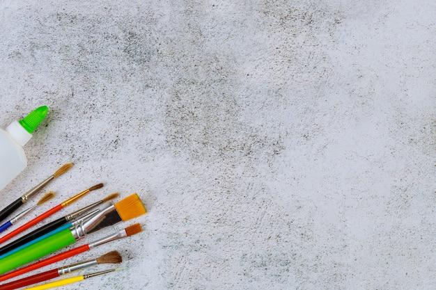 Zestaw pędzli artysty na białym tle. koncepcja szkoły artystycznej.