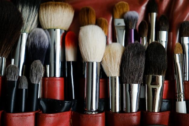 Zestaw pędzli do makijażu do profesjonalnego makijażu na skrzynce w salonie piękności. kosmetyki, dbające o siebie nawzajem.