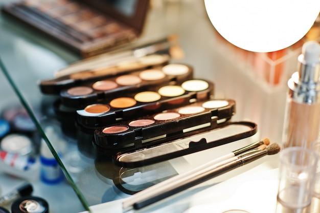 Zestaw pędzli do makijażu w salonie kosmetycznym.