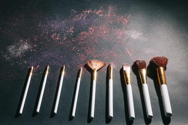 Zestaw pędzli kosmetycznych do makijażu różnych profesjonalnych kobiet. zdjęcie z miejscem na kopię