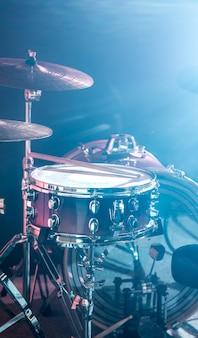 Zestaw perkusyjny instrumentów muzycznych, błysk światła