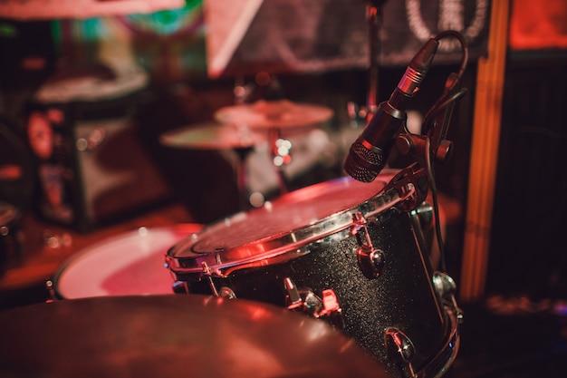 Zestaw perkusyjny na scenie w kolorze reflektora.