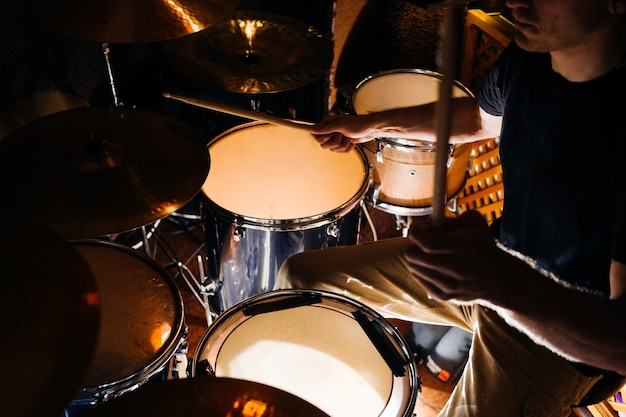 Zestaw perkusyjny podczas zbliżenia koncertowego