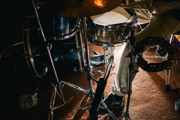 Zestaw perkusyjny podczas zbliżenia koncertu na żywo