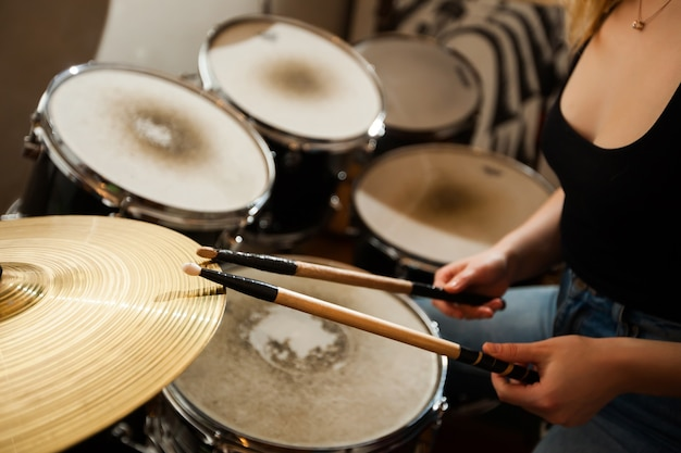 Zestaw perkusyjny. talerz perkusyjny z bliska.