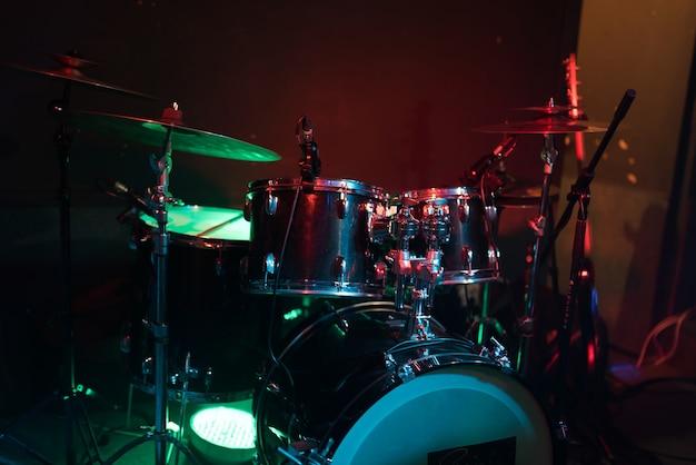Zestaw perkusyjny w światłach klubowych