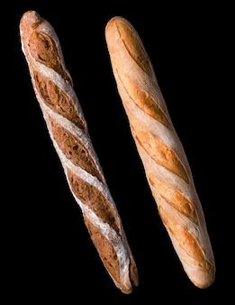 Zestaw pieczonego chleba żytniego na białym tle na czarnym tle.