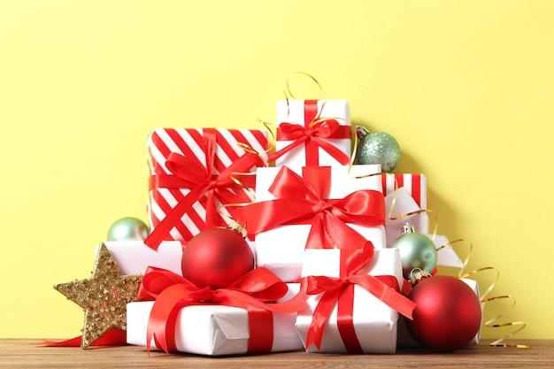 Zestaw pięknie zapakowanych pudełek na prezenty i świątecznych dekoracji