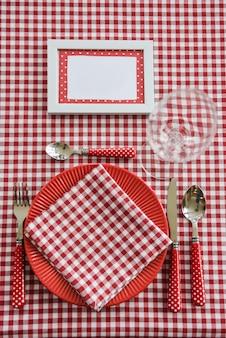 Zestaw piknikowy. romantyczna data. rodzinny weekend. czerwona komórka. doniczka. ramka na tekst lub zdjęcie. pokrowce na butelki. sztućce