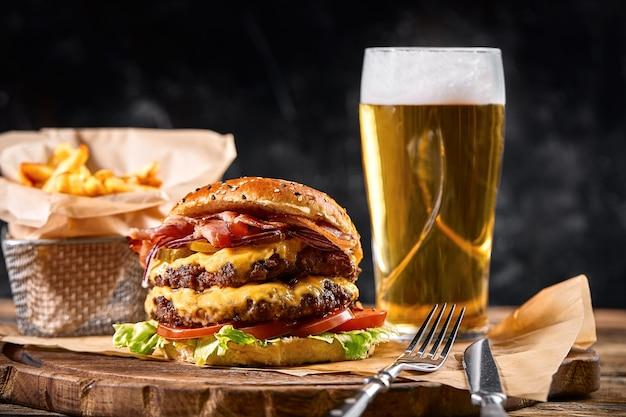 Zestaw piwa hamburger i frytki