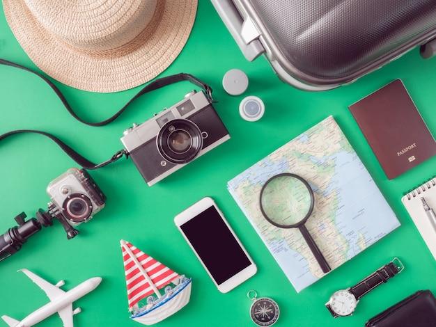Zestaw podróżny na stole