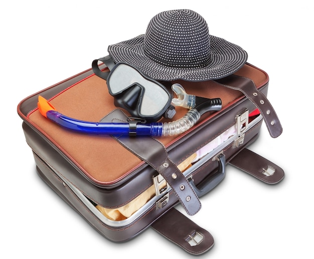 Zestaw podróżny na walizce z maską do nurkowania panama. na białej ścianie.
