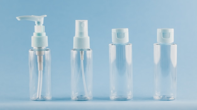 Zestaw podróżny pustych butelek na perfumy lub kosmetyki na niebiesko