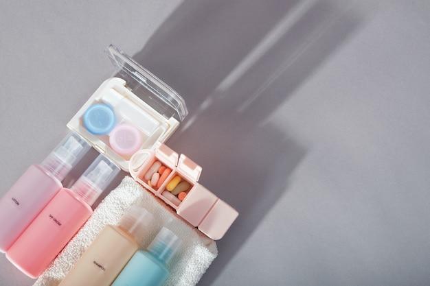 Zestaw podróżny. zestaw butelek na kosmetyki, zestaw do soczewek kontaktowych, organizer na tabletki, ręcznik.