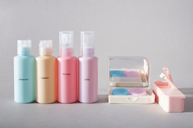 Zestaw podróżny. zestaw czterech małych plastikowych buteleczek na kosmetyki, zestaw do soczewek kontaktowych, organizer na pigułki.