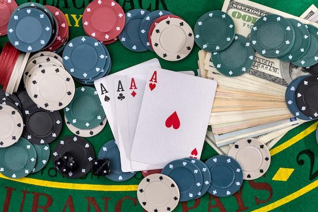 Zestaw pokera z pieniędzmi z bliska na zielono