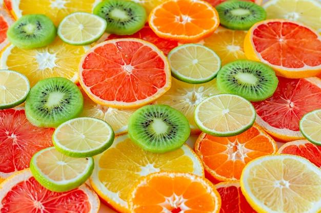 Zestaw pokrojonych owoców cytrusowych. może służyć jako tło.