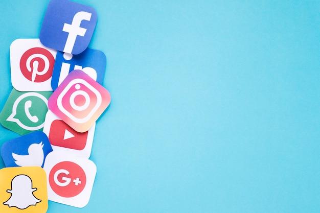 Zestaw popularnych ikon mediów na prostym tle
