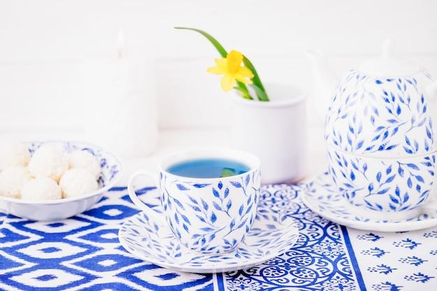 Zestaw porcelanowy: filiżanka i imbryk, niebieska herbata, kwiatek