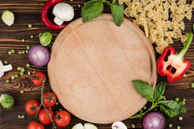 Zestaw produktów makaronowych, widok z góry płyty