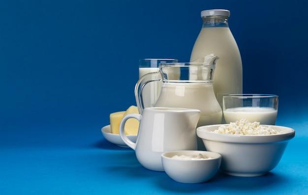 Zestaw produktów mlecznych na niebiesko