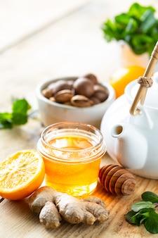 Zestaw produktów wzmacniających układ odpornościowy. miód, cytryna, orzechy, imbir do zwiększenia odporności. kopia przestrzeń