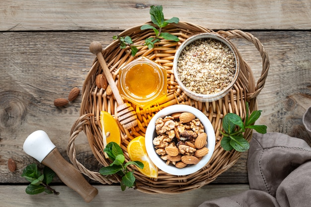 Zestaw produktów wzmacniających układ odpornościowy. miód, cytryna, orzechy, imbir do zwiększenia odporności. widok z góry. skopiuj miejsce