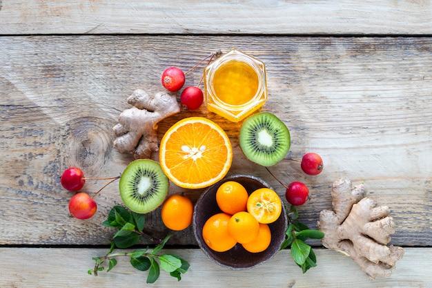 Zestaw produktów wzmacniających układ odpornościowy. miód, cytryna, orzechy, imbir do zwiększenia odporności. widok z góry