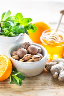 Zestaw produktów wzmacniających układ odpornościowy. miód, cytryna, orzechy, imbir do zwiększenia odporności.