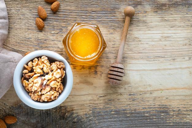 Zestaw produktów wzmacniających układ odpornościowy. miód, orzechy, do wzmocnienia odporności. widok z góry. skopiuj miejsce
