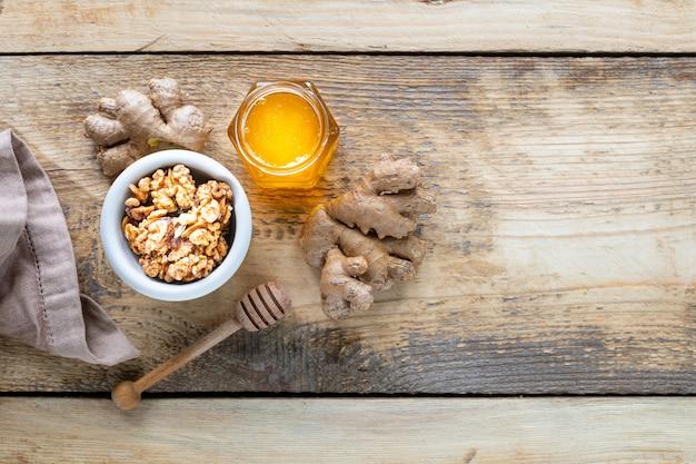 Zestaw produktów wzmacniających układ odpornościowy. miód, orzechy, imbir do zwiększenia odporności. widok z góry. skopiuj miejsce