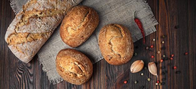 Zestaw produktów z chleba z papryką czosnkową na drewnianym stole