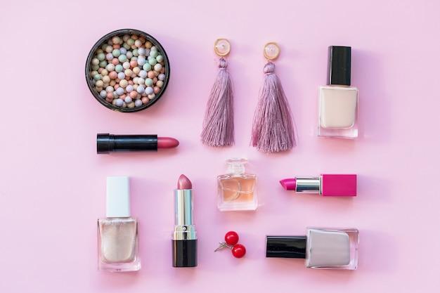 Zestaw profesjonalnych kosmetyków dekoracyjnych, narzędzi do makijażu i akcesoriów. koncepcja mody, imprezy i zakupy. płaska kompozycja