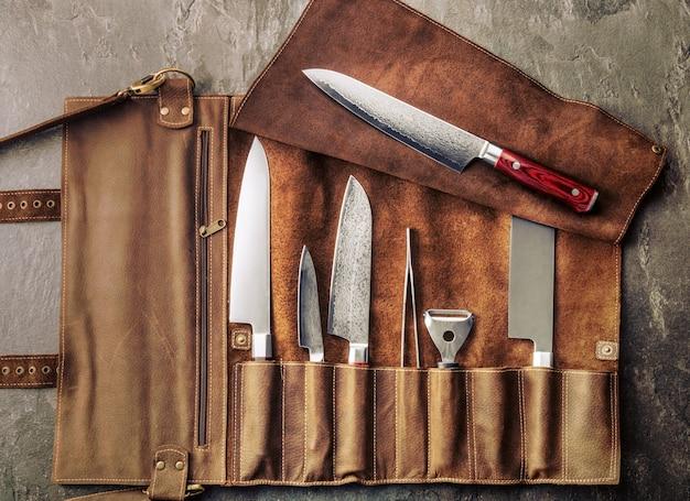 Zestaw profesjonalnych narzędzi kucharskich. specjalny zestaw noży kuchennych. widok z góry
