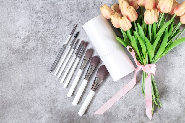 Zestaw profesjonalnych pędzli do makijażu obok widoku z góry pudełka kosmetycznego