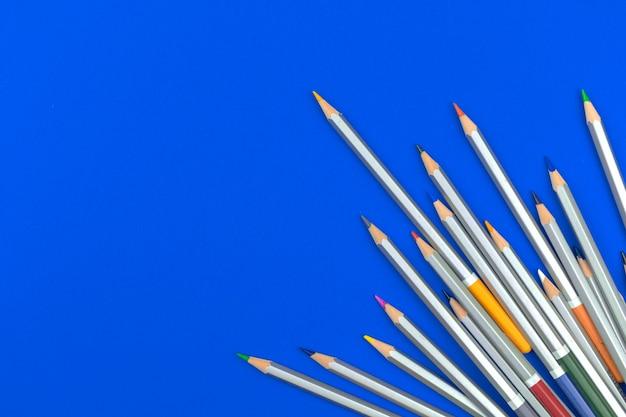 Zestaw prostych ołówków szkolnych. niebieski stół biurowy ze szkolną papeterią do koncepcji edukacyjnej, widok z góry i płaskie zdjęcie z miejscem na kopię