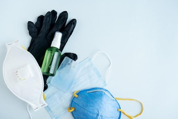Zestaw przedmiotów antywirusowych: różne filtrujące maski ochronne, środek dezynfekujący do rąk. chroń się przed grypą i koronawirusem, zanieczyszczeniami. zatrzymaj wirusa.