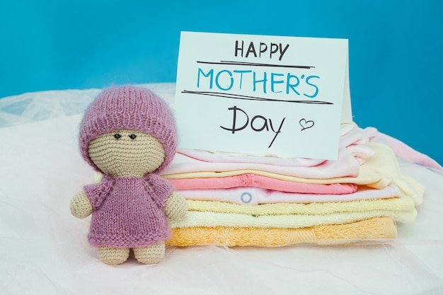 Zestaw przedmiotów dla dzieci w stosie, zabawkach i pustej karcie na niebieskim tle. koncepcja szczęśliwego dnia matki
