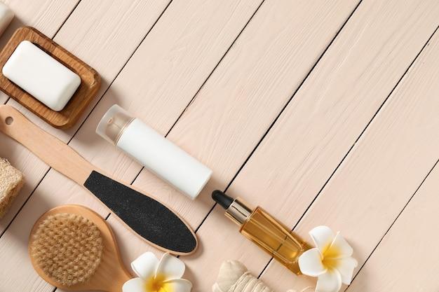 Zestaw przedmiotów do kąpieli na drewnianym stole