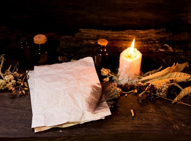 Zestaw przedmiotów do rytuałów czarów, na rustykalnym drewnie