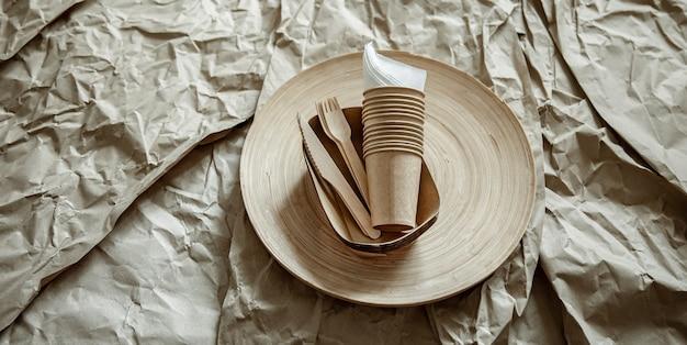 Zestaw przyjaznej dla środowiska jednorazowej zastawy stołowej.