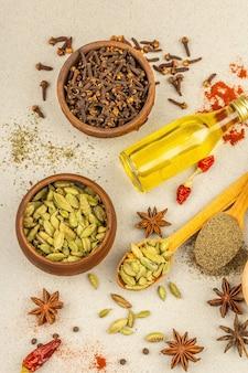 Zestaw przypraw do gotowania curry. aromatyczne przyprawy: kurkuma, papryka, kardamon, cynamon, anyż, chili, czarny pieprz, suszone zioła, sól. jasny kamień betonowy tło, widok z góry