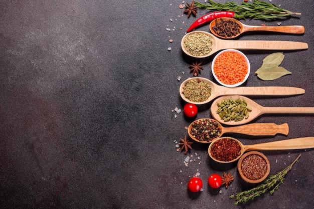 Zestaw przypraw i ziół. kuchnia indyjska. papryka, sól, papryka, bazylia i inne. widok z góry.