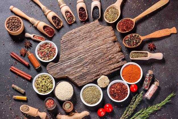 Zestaw przypraw i ziół. kuchnia indyjska. papryka, sól, papryka, bazylia. widok z góry.