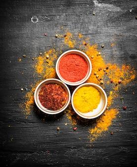 Zestaw przypraw indyjskich w potrawach. na czarnej tablicy.
