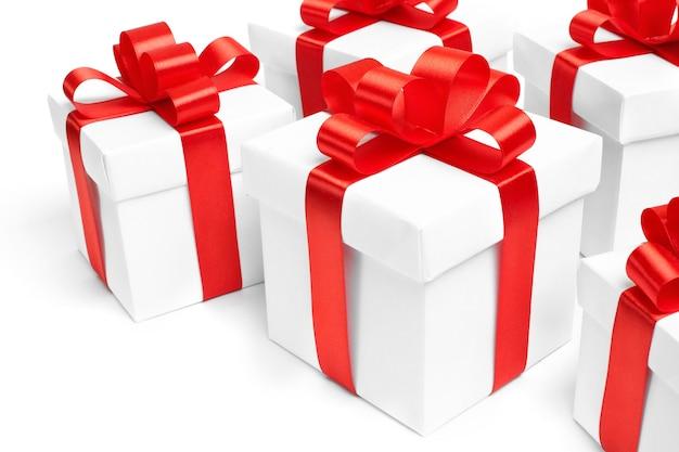 Zestaw pudełek prezentowych z taśmą.