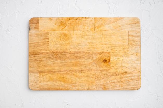 Zestaw pustych desek do krojenia, na białym tle kamiennego stołu, płaski widok z góry, z miejscem na kopię tekstu lub produktu